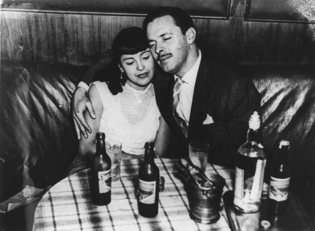 Vida Alves e Walter Forster na novela 'Sua vida me pertence', de 1951; eles protagonizaram o primeiro beijo da TV brasileira — Foto: Divulgação