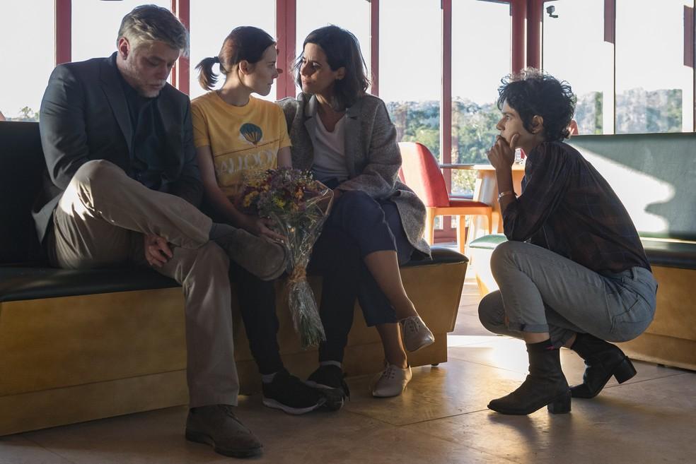 Amanda (Letícia Colin), David (Fábio Assunção), Sofia (Mariana Lima) e Luisa Lima (Diretora) nos bastidores da gravação. — Foto: Globo/Fábio Rocha