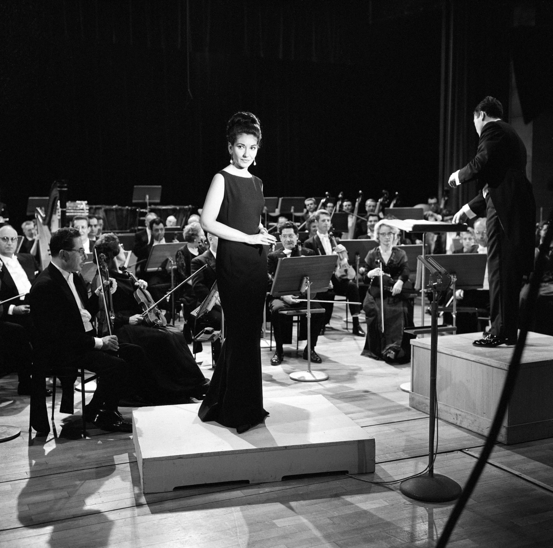 """Maria Callas accompagnÈe par l'Orchestre National de l'ORTF, dirigÈ par Georges PrÍtre, au studio 102 de la Maison de la Radio pour l'Èmission tÈlÈvisÈe """"les Grands interprËtes"""" rÈalisÈe par GÈrard Herzog (Foto: Copyright Fonds de Dotation Maria Callas)"""