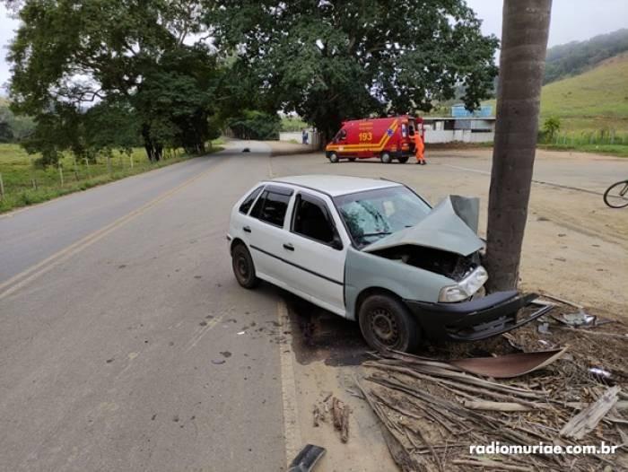 Motorista perde controle e carro bate em árvore na MG-265 entre Muriaé e Miraí