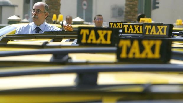 Motoristas de táxi aguardam passageiros em rua do Cairo , no Egito. O Uber anunciou que vai dar aulas para evitar assédio sexual para seus motoristas (Foto: Khaled Desouki/AFP/Getty Images)