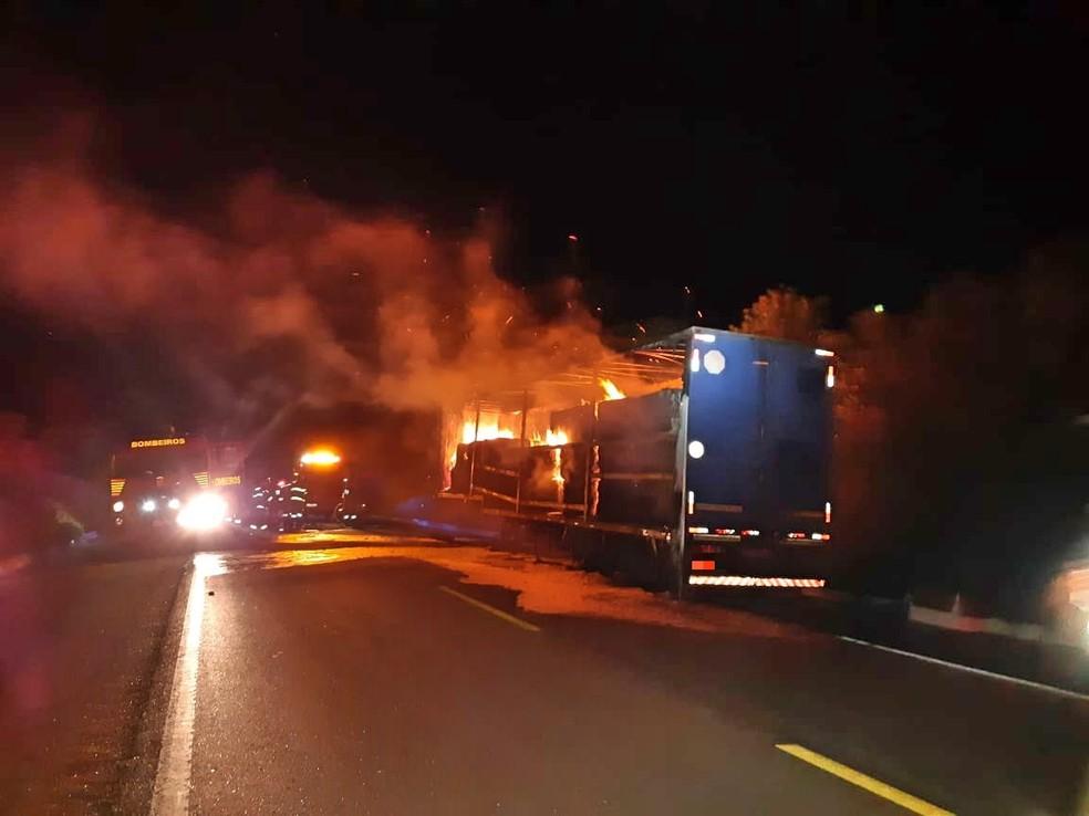 Incêndio em caminhão na BR-116 em Salgueiro — Foto: Divulgação/ PRF