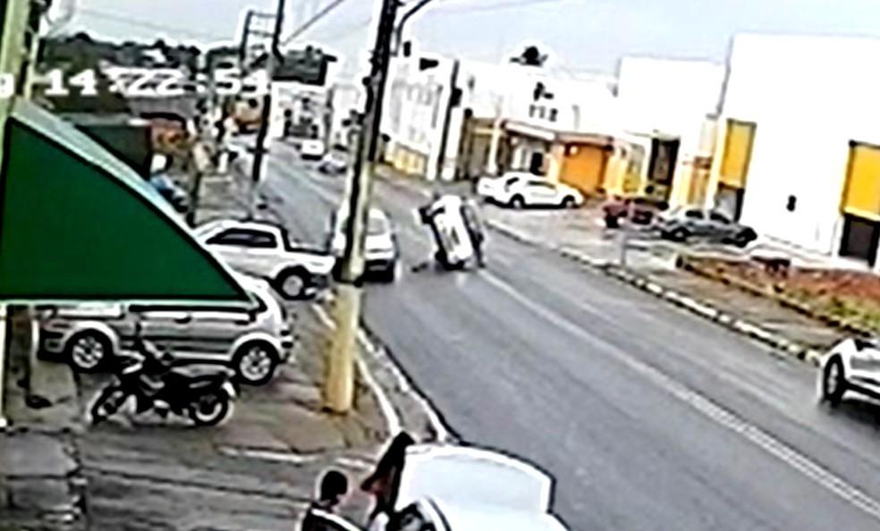 Carro capota após bater na traseira de outro veículo em rua de Tupã — Foto: Câmera de segurança/Reprodução