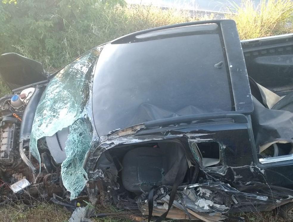 Condutor da caminhonete bateu de frente a um caminhão, na MGC-122, em Janaúba (Foto: Polícia Militar/Divulgação)