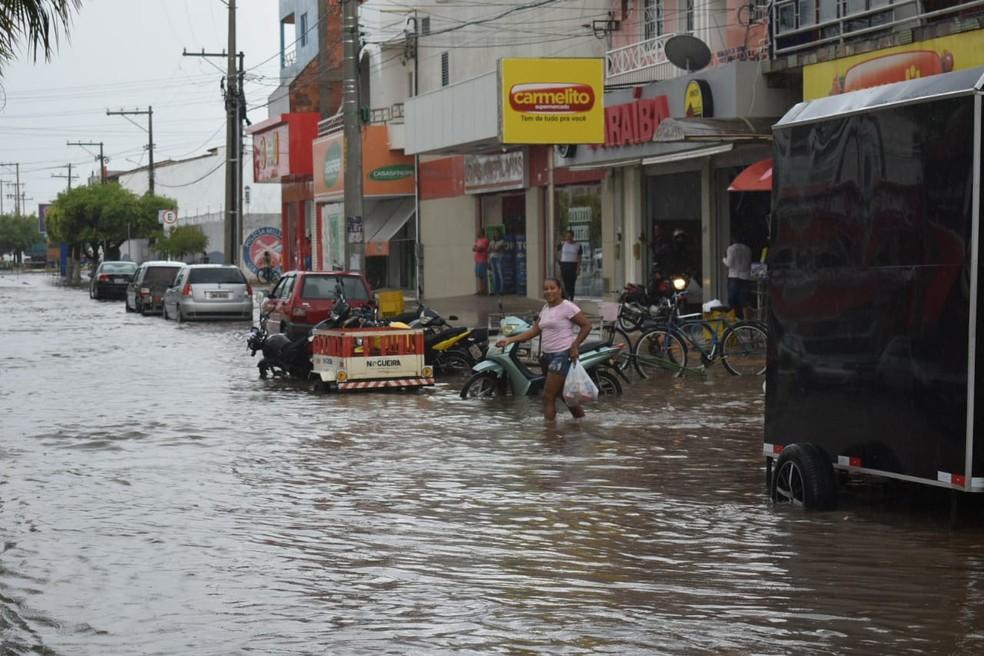 Ruas ficaram alagadas por causa da chuva forte — Foto: Gazeta 5