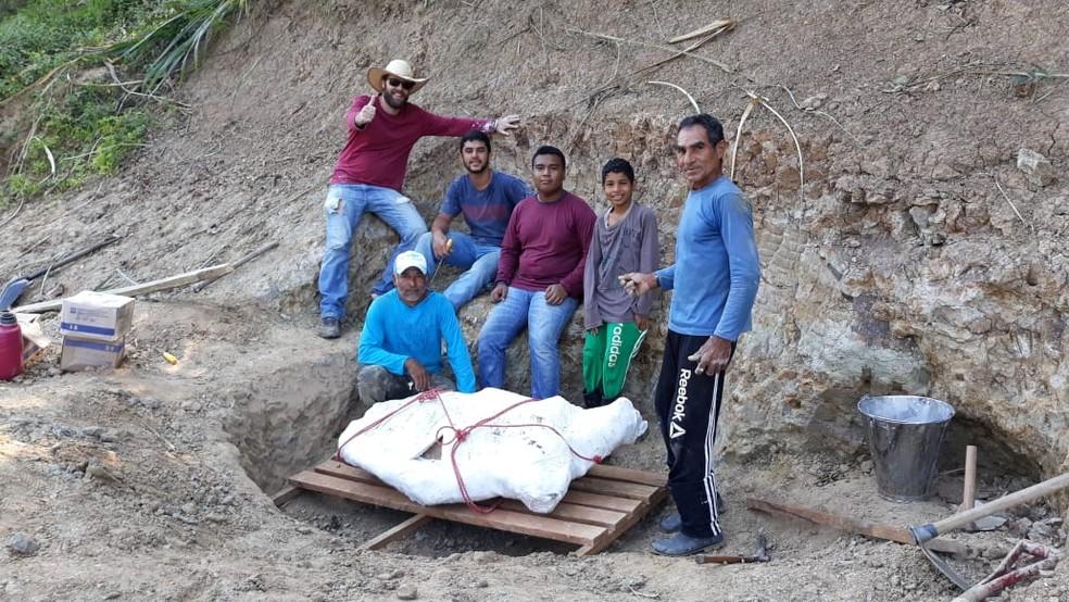 Pesquisadores da Ufac receberam ajuda de do carpinteiro e do filho  — Foto: Arquivo pessoal