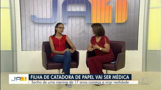 Filha de catadora de recicláveis que pegava oito ônibus por dia para estudar em Goiânia é aprovada em medicina
