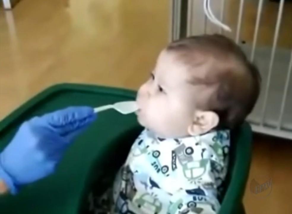 Em hospital em Miami, Davi Miguel come papinha pela primeira vez (Foto: Arquivo Pessoal)
