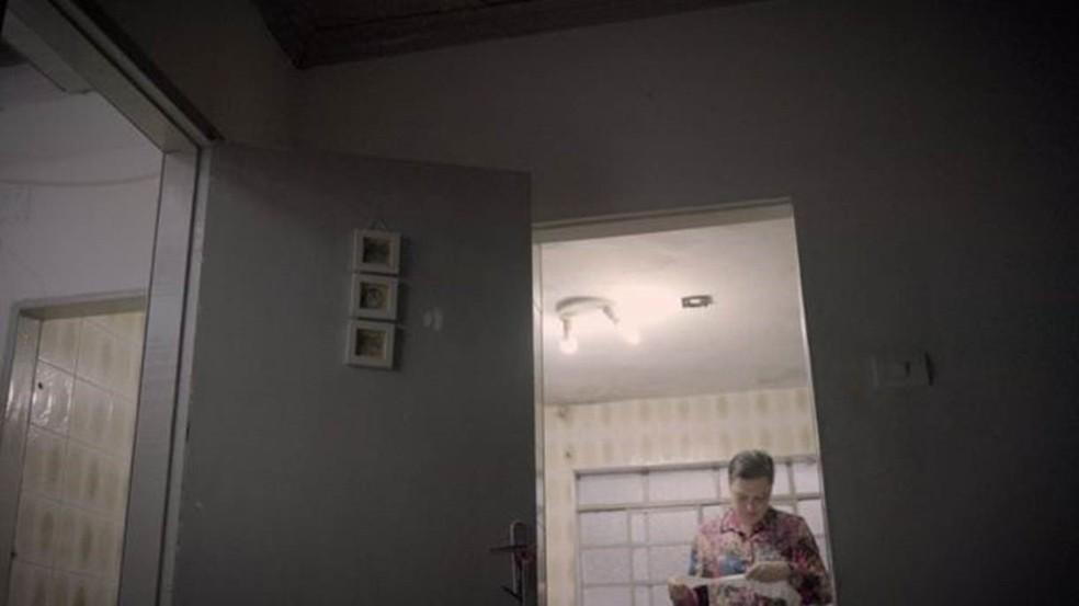 'Tem semana em que a gente não tem grana', diz Alessandra sobre mudanças na vida da família após a crise — Foto: Fernando Quixote/BBC