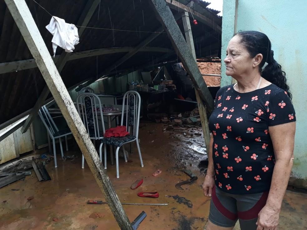 Maria Iolanda, da casa, conta que descansava quando ouviu estrondo em casa — Foto: William Andrade/Rede Amazônica