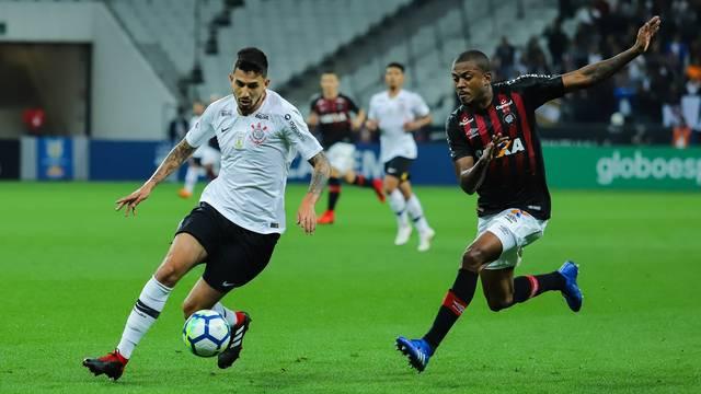 Marcelo Cirino tenta roubar a bola de Pedro Henrique