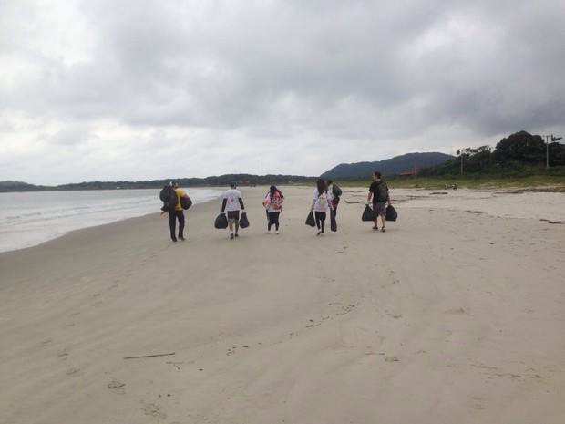 Resultado de imagem para recolhendo seu lixo apos usar a praia