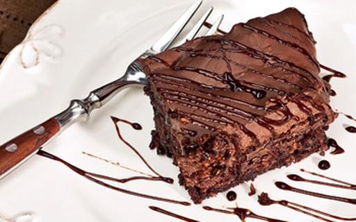 Bolo cremoso três chocolates