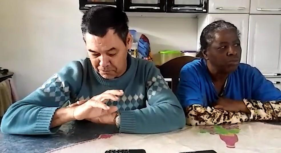 O aposentado Leon Deniz Rezende e a mulher em Franca, SP — Foto: Ana Laura Siqueira/EPTV