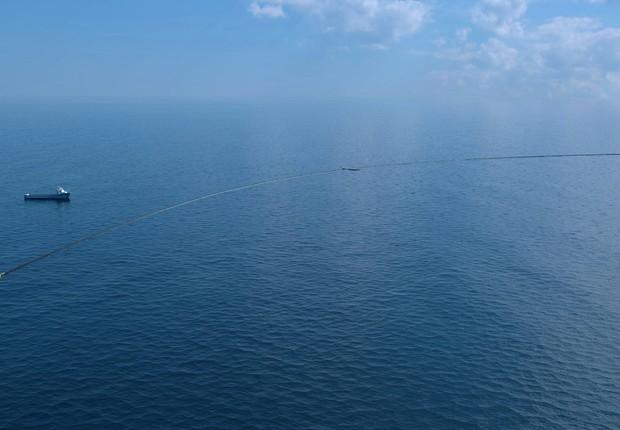 A forma de U cria uma barreira para conseguir coletar o plástico que flutua sobre a superfície do oceano (Foto: Reprodução/Facebook TheOceanCleanup)