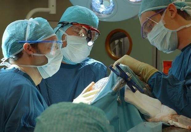 Cirurgia de operação para implantação do cérebro durou 23 horas  (Foto: EFE)