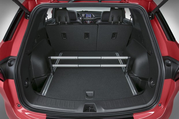 The 2019 Chevrolet Blazer offers a Chevrolet-first Cargo Management System which helps drivers secure smaller items by dividing the cargo area. (Foto:  )