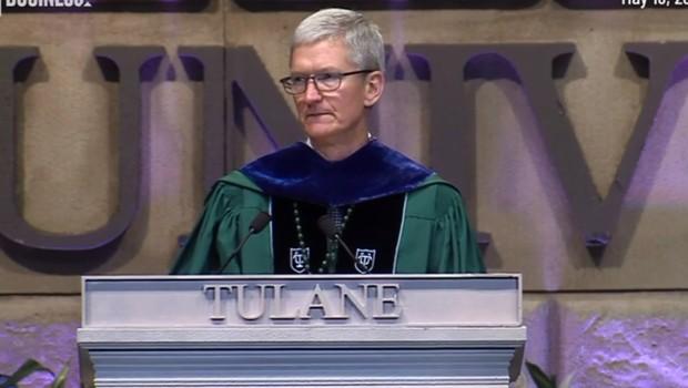 CEO da Apple, Tim Cook em discurso de graduação da Universidade de de Tulane, em Nova Orleans, nos Estados Unidos (EUA).  (Foto: Reprodução/CNN)
