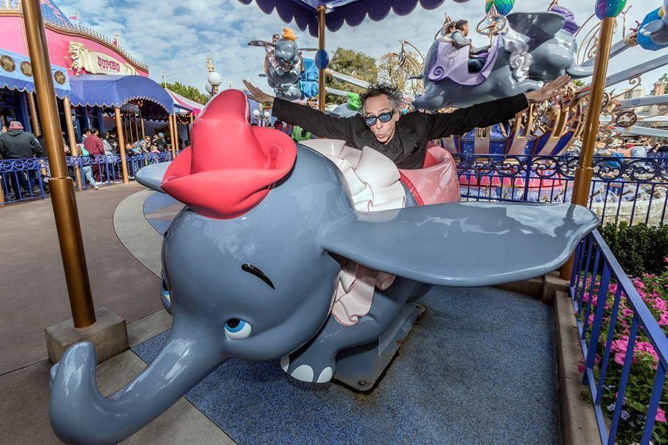 Tim Burton promovendo seu novo filme no Parque da Disney (Foto: Divulgação)