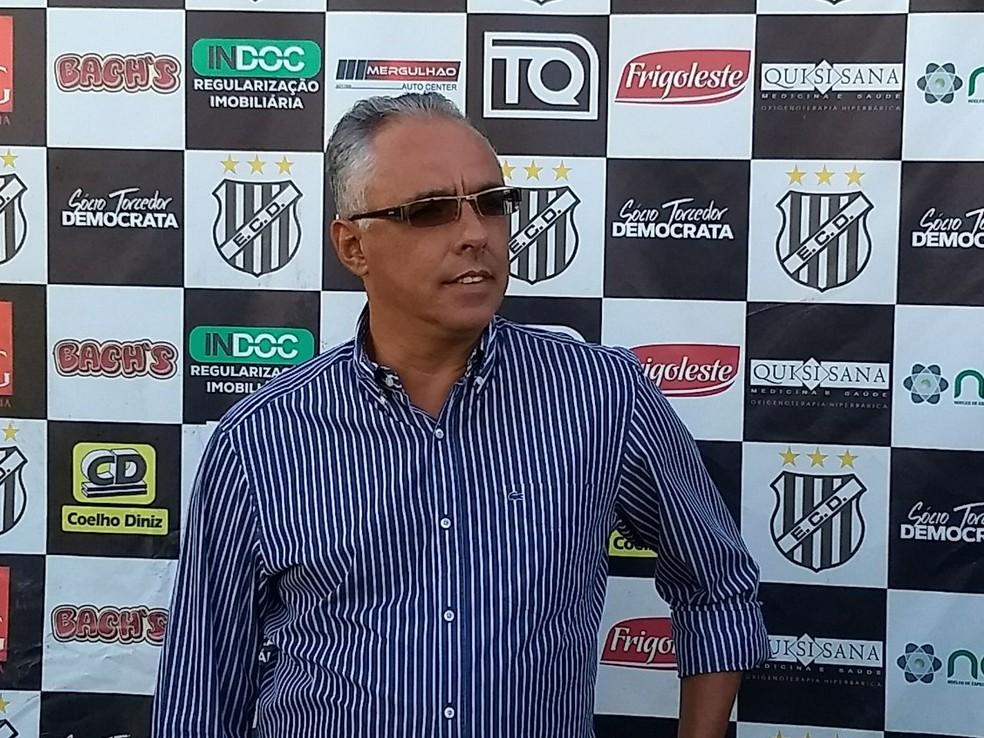 Novo treinador Éder Bastos acredita que é possível levar time às quartas de final (Foto: Democrata/Divulgação)