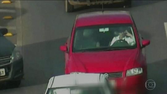 1 em cada 5 motoristas admite uso do celular ao volante, diz pesquisa