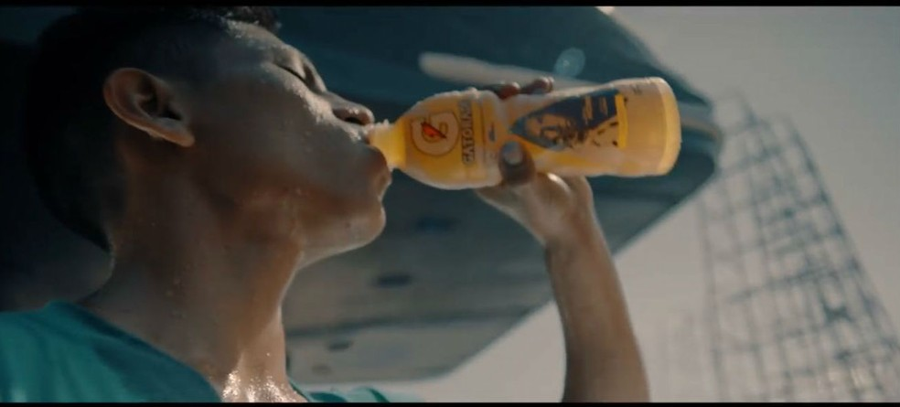 Imagem da campanha da Gatorade. Esse na garrafa, a mesma da coletiva de Felipão, é o peruano Edison Flores (Foto: reprodução)