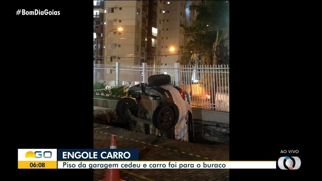 Carro é 'engolido' por piso de garagem, em Goiânia