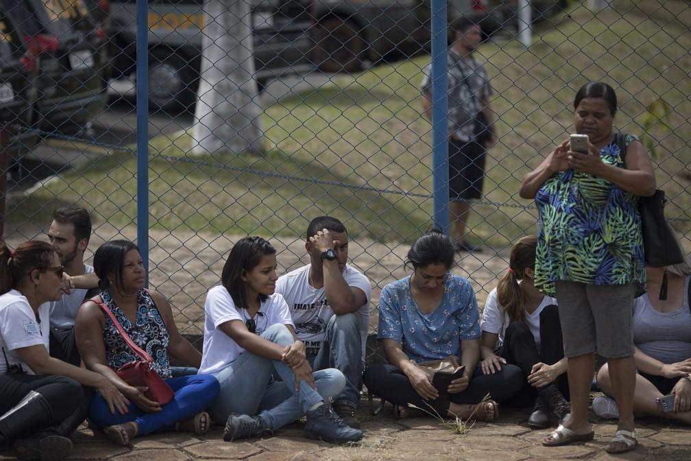 Amigos e parentes esperam por informações sobre desaparecidos depois do rompimento da barragem da Vale em Brumadinho neste sábado (26). — Foto: Leo Correa/AP
