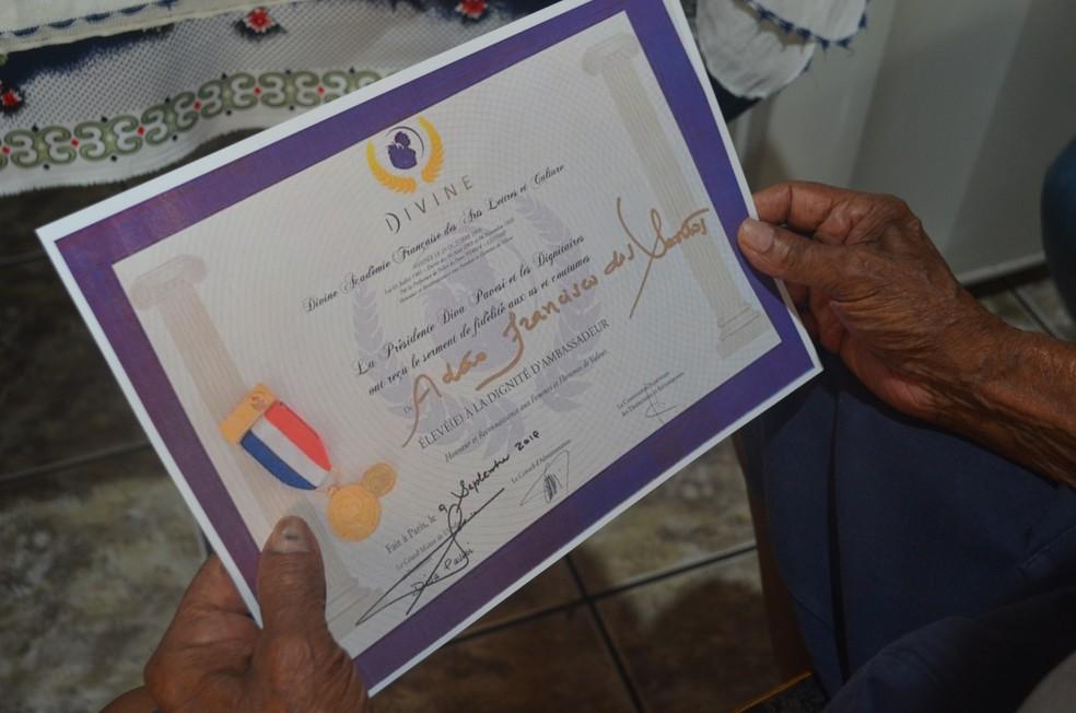 Artista foi certificado por um escola de artes de Paris— Foto: Aline Costa/G1