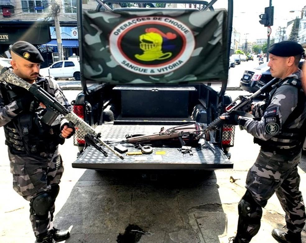Equipes da PM apreenderam um fuzil durante operação no Complexo da Maré, na Zona Norte do Rio. — Foto: Divulgação/Polícia Militar