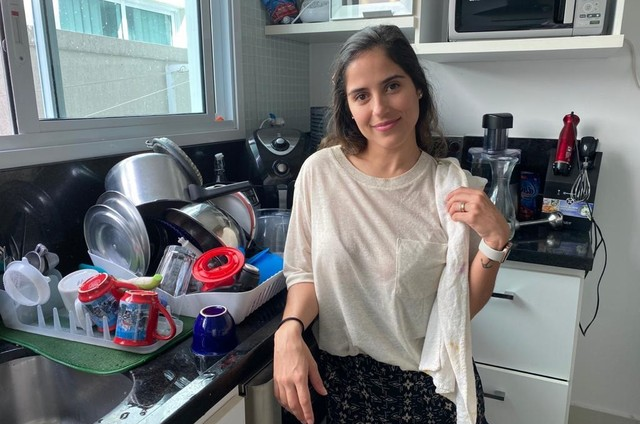 Camilla Camargo depois de lavar a louça da família (Foto: Arquivo pessoal)