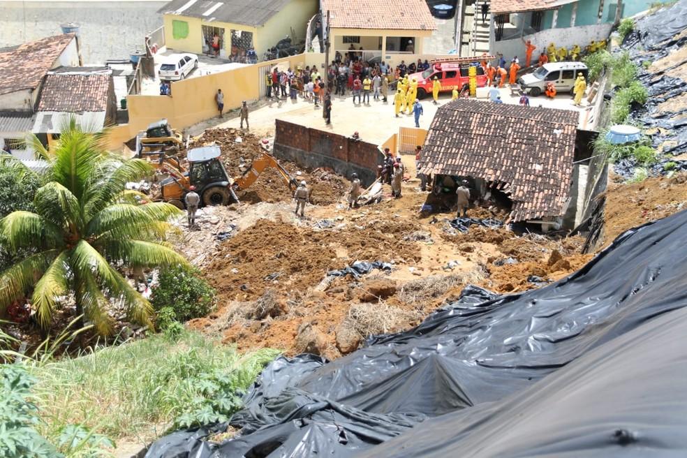 Desabamento aconteceu na Zona Norte do Recife, nesta terça-feira (24) — Foto: Marlon Costa/Pernambuco Press