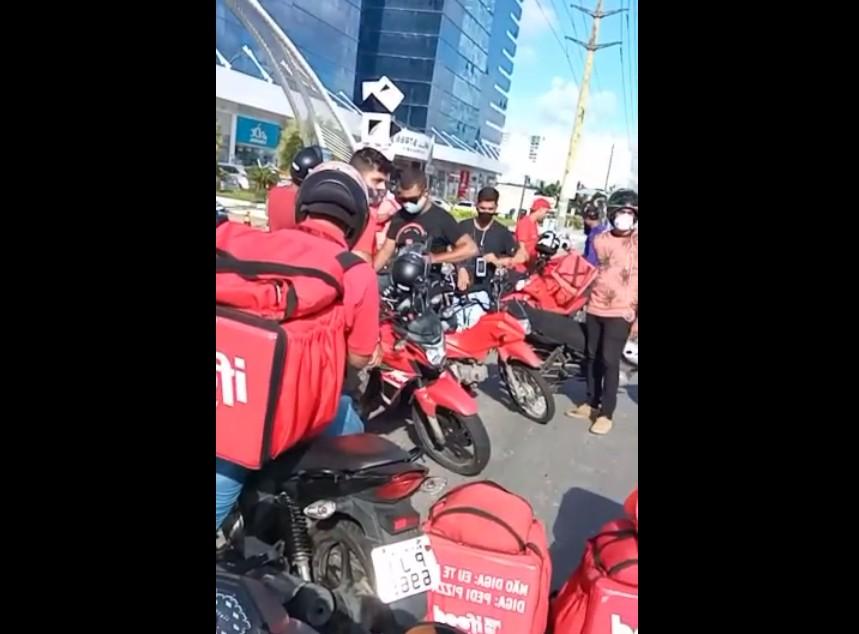 Entregadores por aplicativo fazem protesto em Salvador após relato de agressão a motoboy