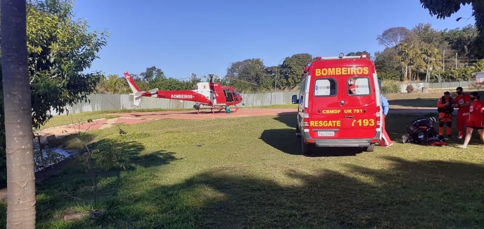 Corpo de Bombeiros resgata homem que caiu de parapente no Lago Paranoá — Foto: Corpo de Bombeiros/Divulgação