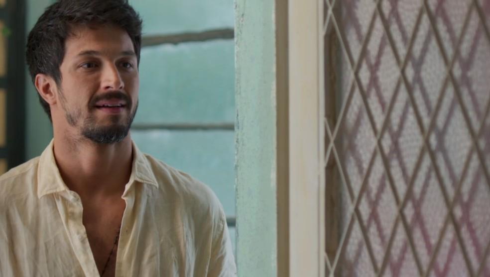 Marcos (Romulo Estrela) leva um susto ao ver Ramon (David Junior) na casa de Paloma (Grazi Massafera) em 'Bom Sucesso' — Foto: Globo