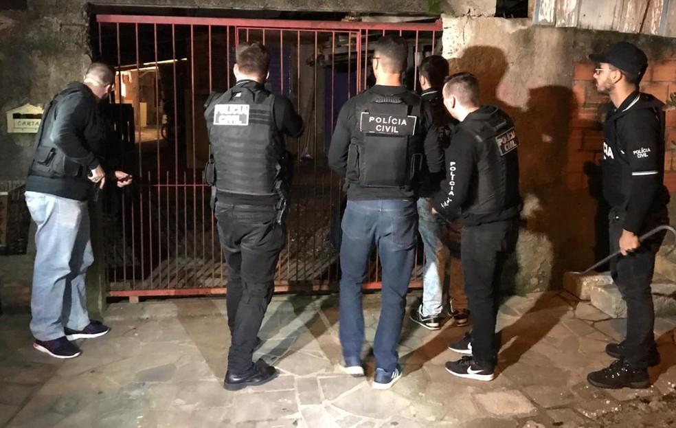 Policiais cumprem mandados em operação contra roubos — Foto: Polícia Civil/Divulgação