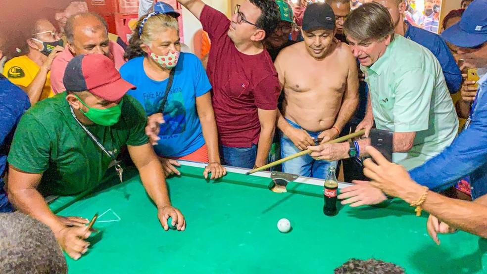 Presidente Jair Bolsonaro joga sinuca em bar no interior do Ceará e gera aglomeração — Foto: Arquivo pessoal