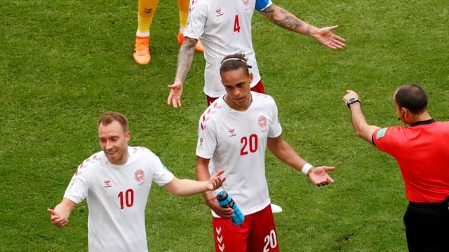 Yurary Poulsen, da Dinamarca: dois jogos, dois pênaltis flagrados pelo VAR, dois cartões amarelos