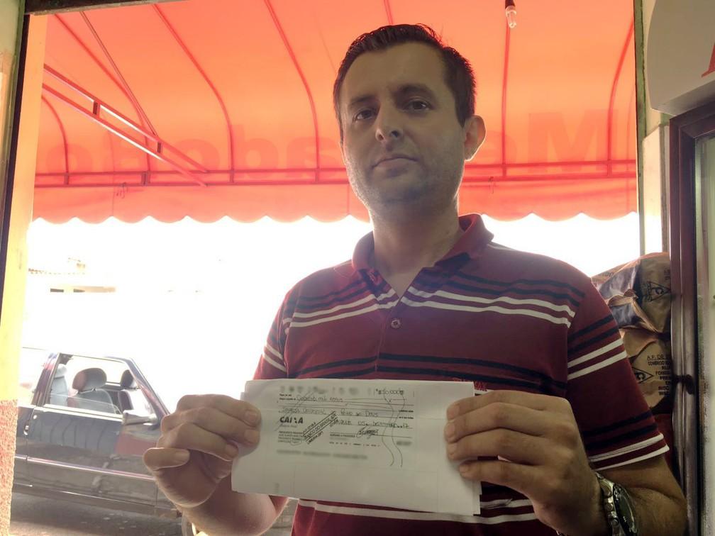 Adriano Praxedes procurou a Polícia Civil após constatar compensação de cheque no valor de R$ 50 mil (Foto: Valmir Custódio/G1)