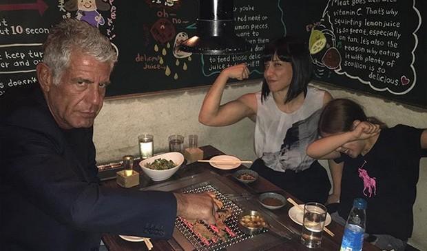 Anthony Bourdain com Ottavia e a filha (Foto: Reprodução)