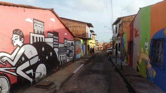 Bairro Vila Embratel é invadido por artistas e admiradores em São Luís