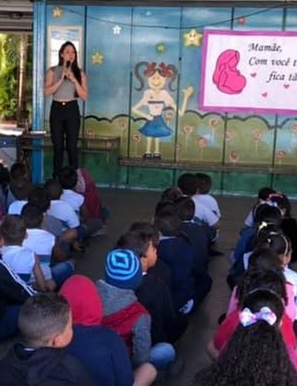 Monique Medeiros em sua antiga escola — Foto: Reprodução/Redes sociais