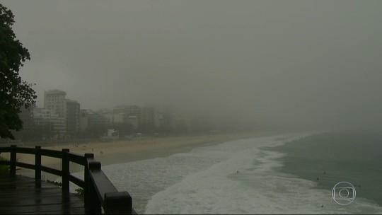 Rio amanhece com paisagem coberta por neblina