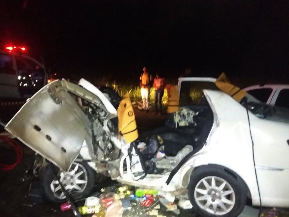 Um dos carros envolvidos na colisão foi um Siena, cujo motorista foi uma das pessoas que ficou presa às ferragens (Foto: PRF/Divulgação)