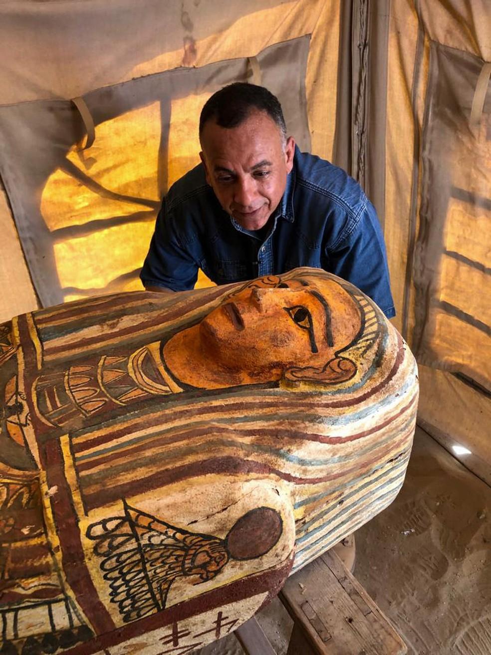 Sarcófago é um dos 14 encontrados em Saqqara, no Egito — Foto: Ministério de Antiguidades/AFP