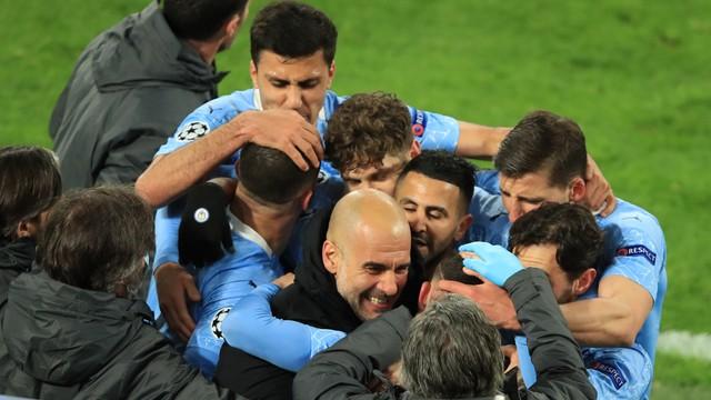 Guardiola comemora com os jogadores do Manchester City um dos gols sobre o Dortmund