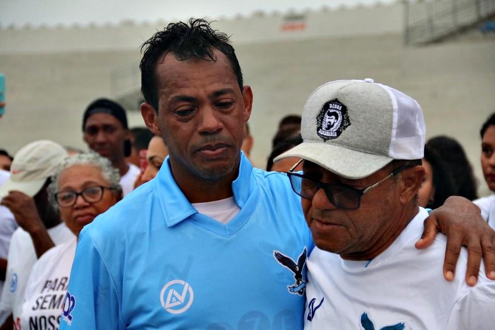Ao lado do pai, também ex-jogador, Marcelinho Paraíba se emociona na despedida — Foto: Raniery Soares / GloboEsporte.com