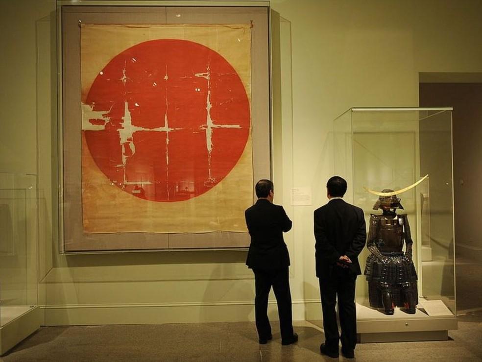 Os guerreiros samurais desenhavam círculos de sol em leques dobráveis — Foto: Getty Images/BBC