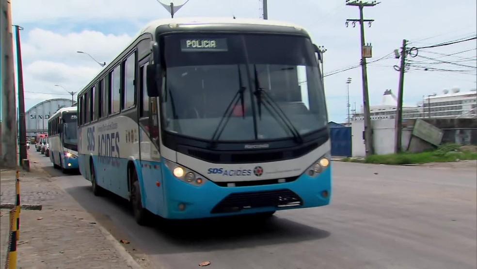 Os dois ônibus com os passageiros foram acompanhados por motociclistas, veículos da Defesa Social e ambulâncias do Samu — Foto: Reprodução/TV Globo