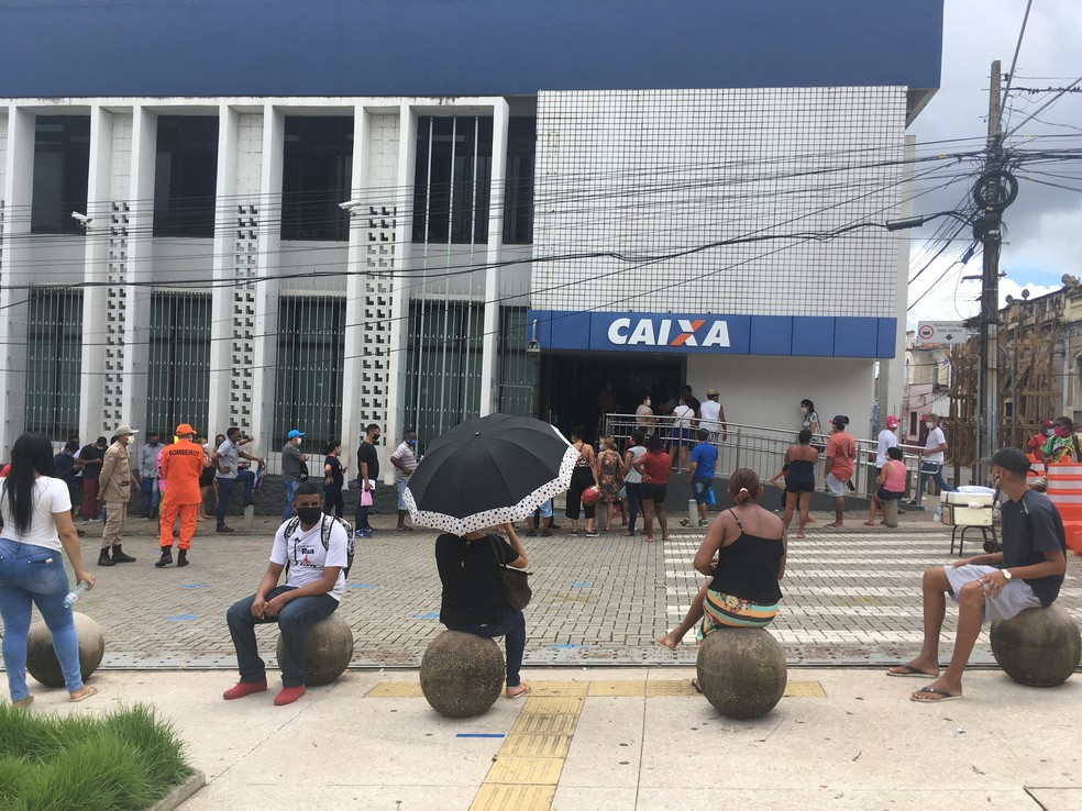 SÃO LUÍS (MA) - População aguarda na fila atendimento na Caixa da Praça Deodoro. — Foto: Rafaelle Fróes/G1 MA
